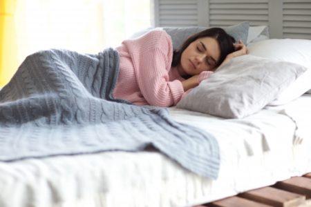 睡眠中の美人